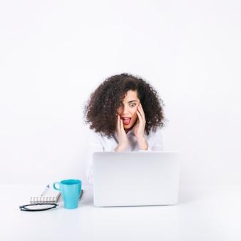 Mujer sorprendida mirando portátil