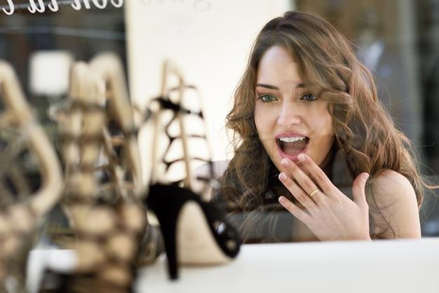 Mujer sorprendida mirando zapatos