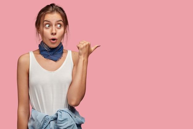 Mujer sorprendida sorprendida con ojos saltones, expresión facial sorprendida