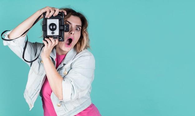 Mujer sorprendida tomando una foto