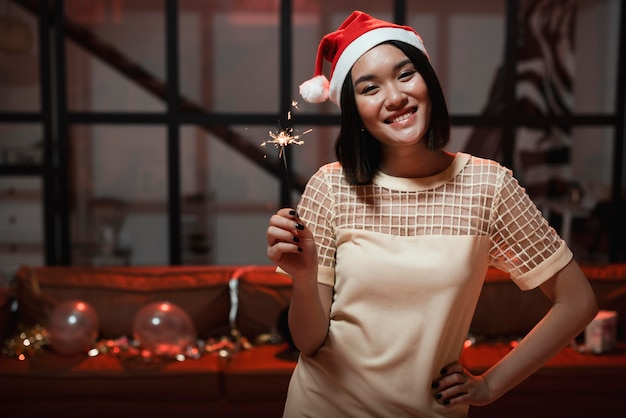 Mujer sosteniendo una bengala en la fiesta de fin de año