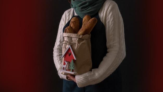 Mujer sosteniendo bolsa con pan