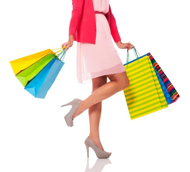 Mujer sosteniendo bolsas de colores