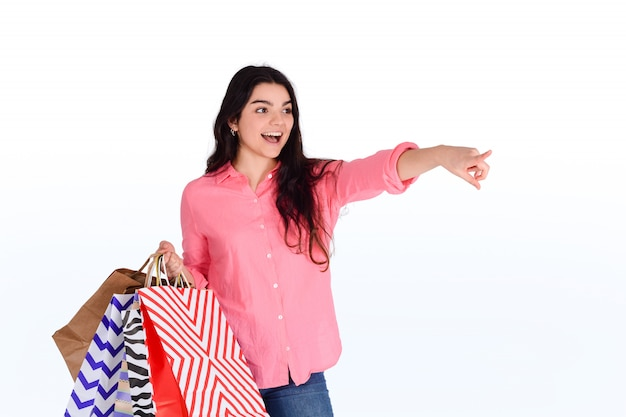 Mujer sosteniendo bolsas de compras