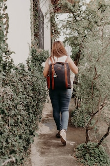 Mujer sosteniendo un bolso, bolso, cartera