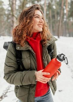 Mujer sosteniendo una botella de tiro medio