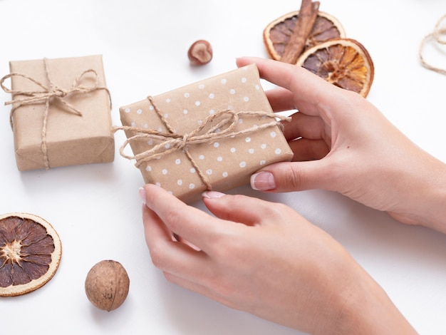 Mujer sosteniendo caja de regalo decorada