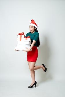 Mujer sosteniendo caja regalo navidad