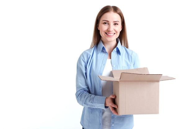Mujer sosteniendo una caja y sonrisas
