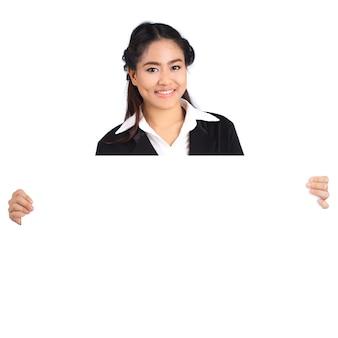 Mujer sosteniendo cartelera en blanco
