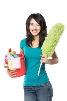 Mujer sosteniendo una cesta llena de productos de limpieza listos para hacer algo
