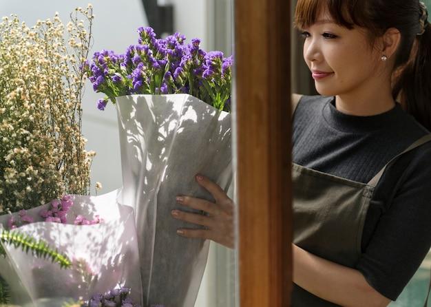 Mujer sosteniendo flores