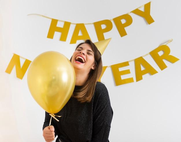 Mujer sosteniendo globo celebrando año nuevo
