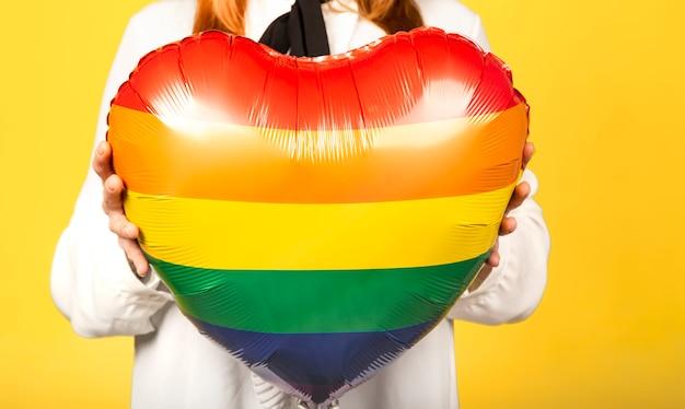 Mujer sosteniendo un globo de color arcoiris