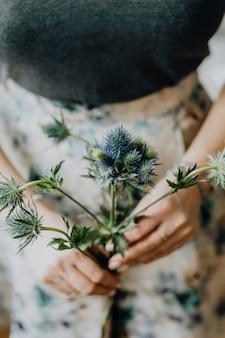 Mujer sosteniendo hermosa flor
