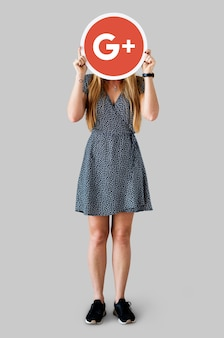 Mujer sosteniendo un icono de google plus