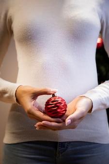 Mujer sosteniendo un juguete de navidad