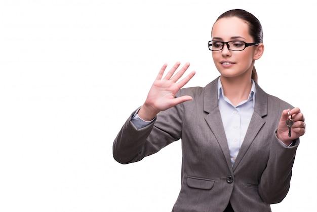 Mujer sosteniendo llaves en concepto de bienes raíces