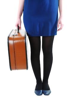 Mujer sosteniendo maleta vieja aislado en blanco