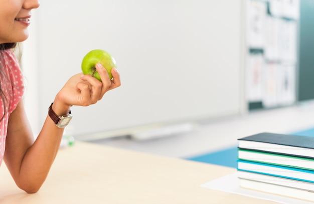 Mujer sosteniendo una manzana con espacio de copia