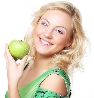 Mujer sosteniendo manzana verde. foto de estudio.