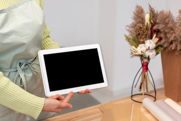 Mujer sosteniendo una maqueta de espacio vacío copia