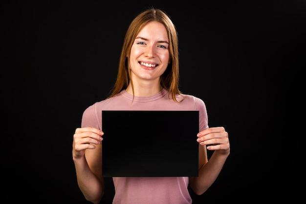 Mujer sosteniendo una maqueta de póster