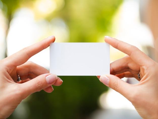 Mujer sosteniendo una maqueta de tarjeta de visita