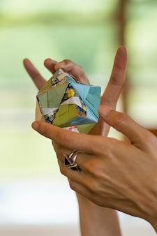 Mujer sosteniendo un objeto de origami