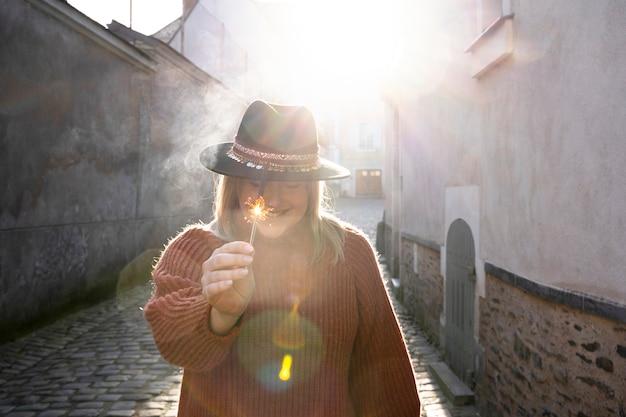 Mujer sosteniendo un palo de brillo