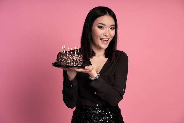 Mujer sosteniendo un pastel de cumpleaños