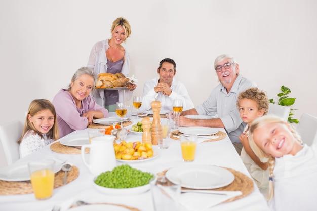 Mujer sosteniendo un pavo para la cena familiar