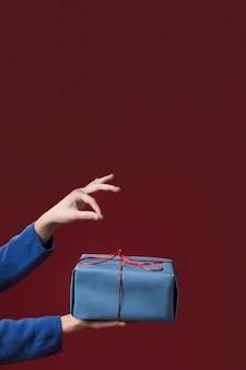 Mujer sosteniendo un pequeño regalo