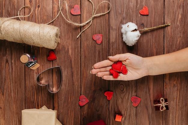Mujer sosteniendo pequeños corazones en la mano