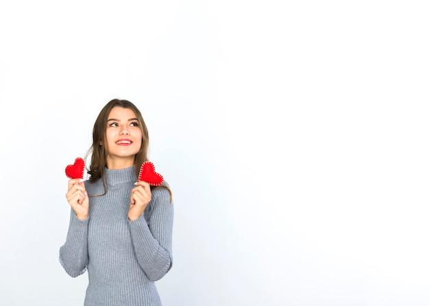 Mujer sosteniendo pequeños corazones en las manos
