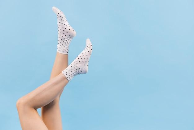 Mujer sosteniendo piernas con calcetines