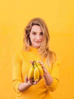 Mujer sosteniendo plátanos