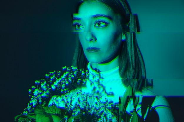 Mujer sosteniendo un ramo de flores con efecto glitch