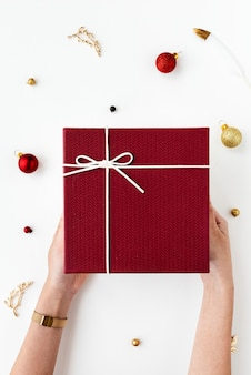 Mujer sosteniendo un regalo rojo