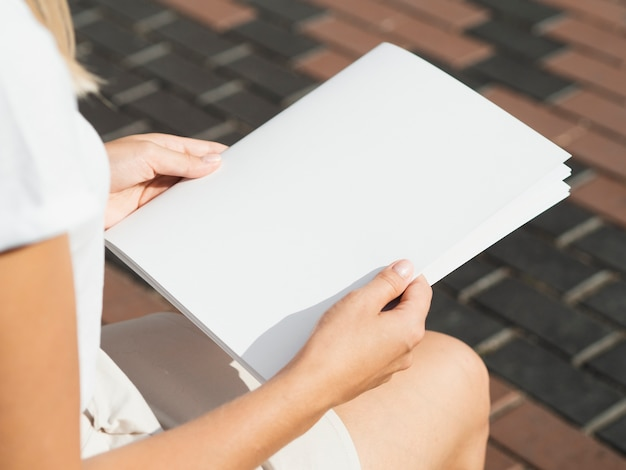 Mujer sosteniendo una revista de maquetas