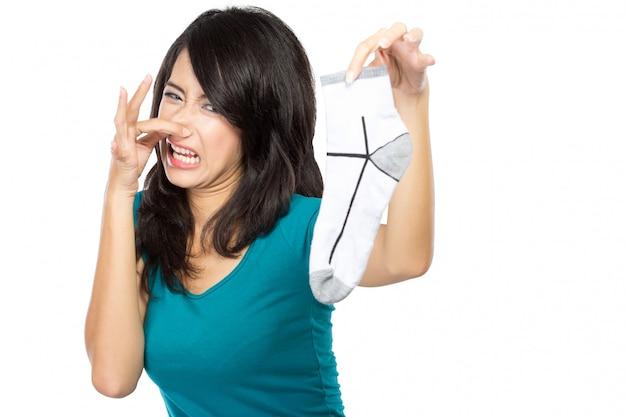 Mujer sosteniendo ropa sucia