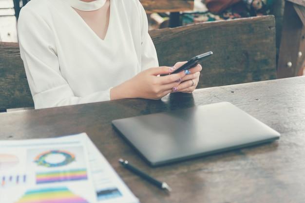Mujer sosteniendo smartphone comprobar correo sitio web de compras en línea leer artículo vlog redes sociales