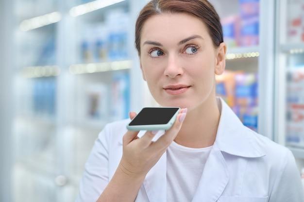 Mujer sosteniendo smartphone a nivel del rostro