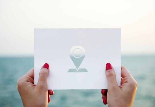 Mujer sosteniendo stencil al aire libre con el signo