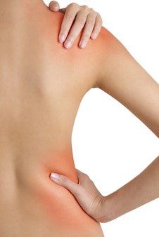 Mujer sosteniendo su hombro y cintura con resalte rojo en áreas de dolor