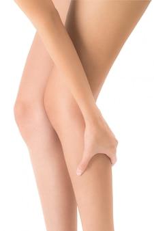 Mujer sosteniendo su pierna con masaje de espinilla y pantorrilla en áreas de dolor aisladas sobre fondo blanco.