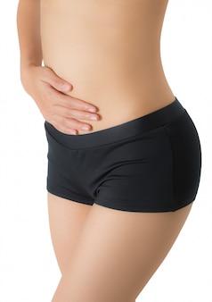 Mujer sosteniendo su vientre en el área del dolor aislado sobre fondo blanco.