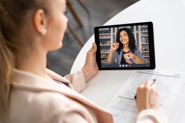 Mujer sosteniendo la tableta de cerca