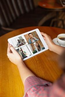 Mujer sosteniendo una tableta para videollamada