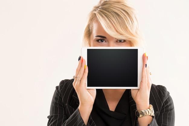Mujer sosteniendo una tableta